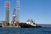 Jack-up rig met sleepboot boot in de kachemak bay, alaska — Stockfoto