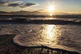 Pěnivý vlny západem slunce — Stock fotografie
