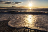 Spumose onde vicino al tramonto — Foto Stock