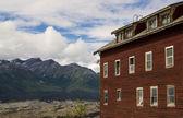 Vieux bâtiment avec des montagnes. — Photo