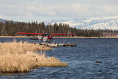Floatplane on an Alaskan lake — Foto de Stock