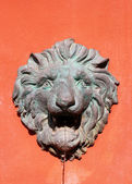 Lion statue on wall — Stock Photo