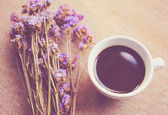 Coffee and statice flowers — Stock Photo