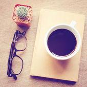 Café negro en notebook — Foto de Stock