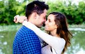 Młoda para w miłości nad stawem. selektywne focus. — Zdjęcie stockowe