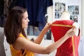 Mode-designer ein kleid messen. geringe schärfentiefe. — Stockfoto