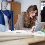 diseñador de moda usar tablet PC en el estudio — Foto de Stock