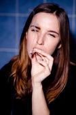 Recebendo alta. jovem mulher fumando um baseado. foco seletivo. — Fotografia Stock