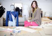 在她的工作室时装设计师 — 图库照片