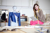 Mode-designer in ihrem atelier — Stockfoto