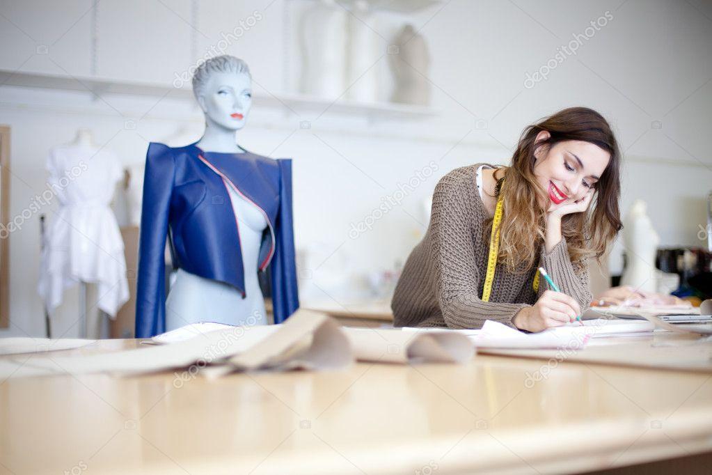 Dise ador de moda trabajando en sus dise os en el estudio - Disenador de fotos ...