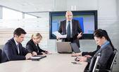 Patron de mauvaise humeur à cause de mauvais résultats, racontant ses employés — Photo