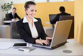 Empregado de survice cliente amigável trabalhando no escritório — Fotografia Stock