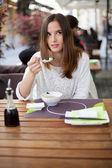 Pensativa joven comiendo sopa en el restaurante — Foto de Stock