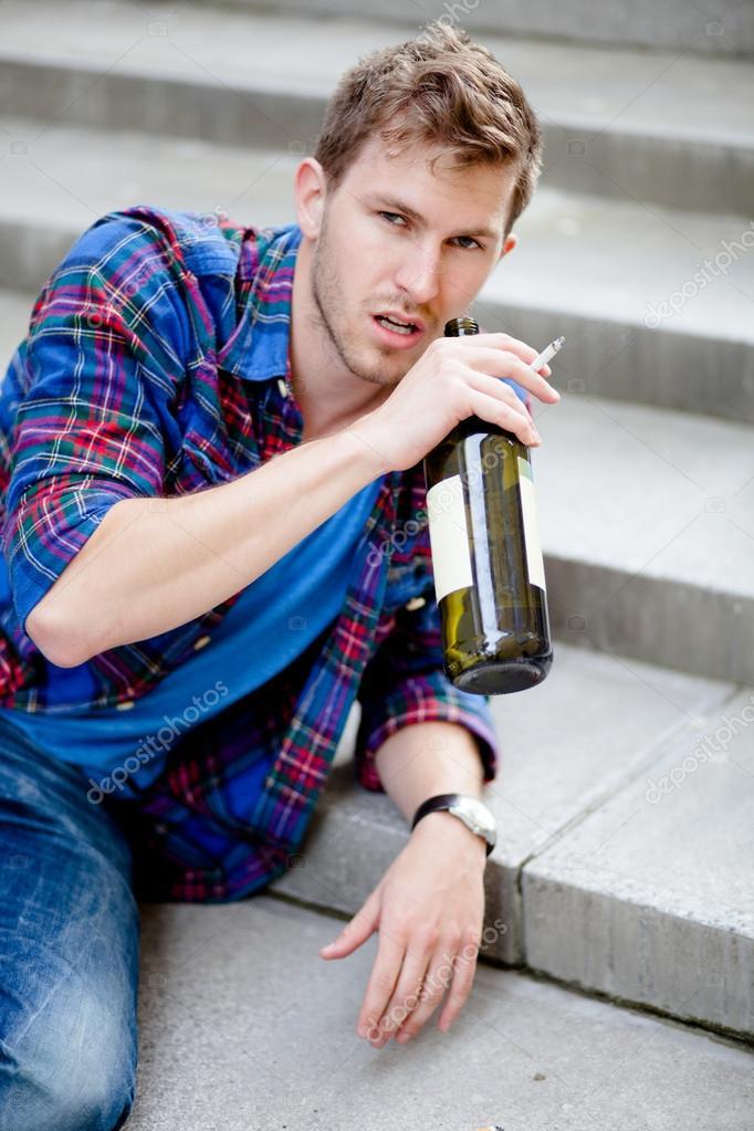 opilec u hliníkového zábradlí