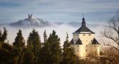 新的城堡和耶稣受难像在斯洛伐克教科文组织班察 — 图库照片