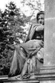 Estátua no cemitério de vysehrad em praga — Fotografia Stock