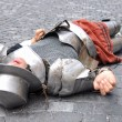 Medieval warrior lying dead on the ground — Stock Photo