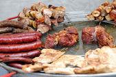 ızgara sosis, et ve kebap bir plaka üzerinde — Stok fotoğraf