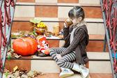 Bambina avendo un picnic sulle scale — Foto Stock