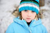 Petite fille enfant posant en extérieur en tenue d'hiver — Photo