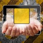 業界の背景をタブレット pc からプッシュ手女性 — ストック写真