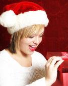Abrindo um presente — Foto Stock