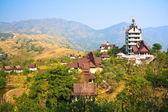 Tempio tailandese con la montagna — Foto Stock