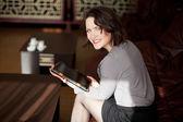 Mooi meisje met een tablet in café — Stockfoto