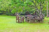 Houten tafels en stoelen — Stockfoto