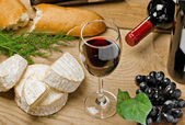 Red wine, grape, bread, Brie and Camembert cheeses — Stock fotografie