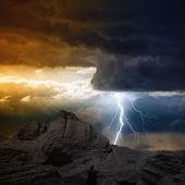 闪电在山 — 图库照片
