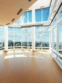 Interior moderno com vista para a cidade — Fotografia Stock
