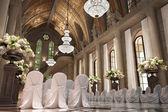 Interior de la iglesia catedral boda con hileras de sillas elegantes — Foto de Stock
