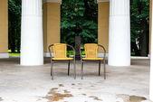 Gartenstühle, aufgenommen an einem sonnigen tag in russland — Stockfoto