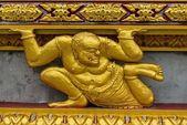 Estátua de demônio dourado asiáticos na posição sentada — Foto Stock