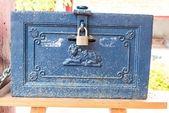 Alte vintage metallbox mit pad-lock — Stockfoto