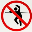 No trespassing and fence jumping danger sign — Stock Photo