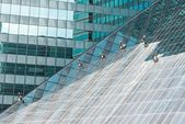 Window cleaners cleaning a high rise office building — Stock Photo