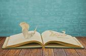 Eski kitap üzerine yılan 2013 yılı kağıt kesme — Stok fotoğraf