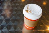Gorąca kawa z uchwytem na kubek — Zdjęcie stockowe