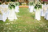 Ceremonie van het huwelijk in een prachtige tuin — Stockfoto