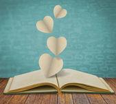 Corte de papel de coração no livro velho — Foto Stock