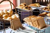 Sortiment av färska bakverk på bordet i buffé — Stockfoto