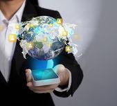 Mão segurando a comunicação moderna tecnologia telemóvel mostrar t — Foto Stock