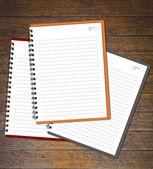 Notebooki (papier blank) na ścianie drewna. — Zdjęcie stockowe