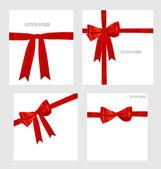 光沢のある赤いリボンと素敵なプレゼントのセットです。illustratio をベクトルします。 — ストックベクタ