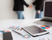 业务团队使用数字平板电脑与金融 di 的特写镜头 — 图库照片