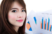 Geschäftsfrau halten Zwischenablage Papier mit Finanzen Diagramm isoliert — Stockfoto