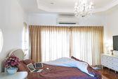 Interior habitación cama moderna — Foto de Stock